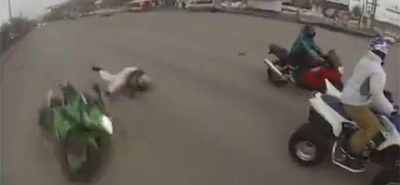 Valószínűleg ez a motorosok egyik rémálma - videó