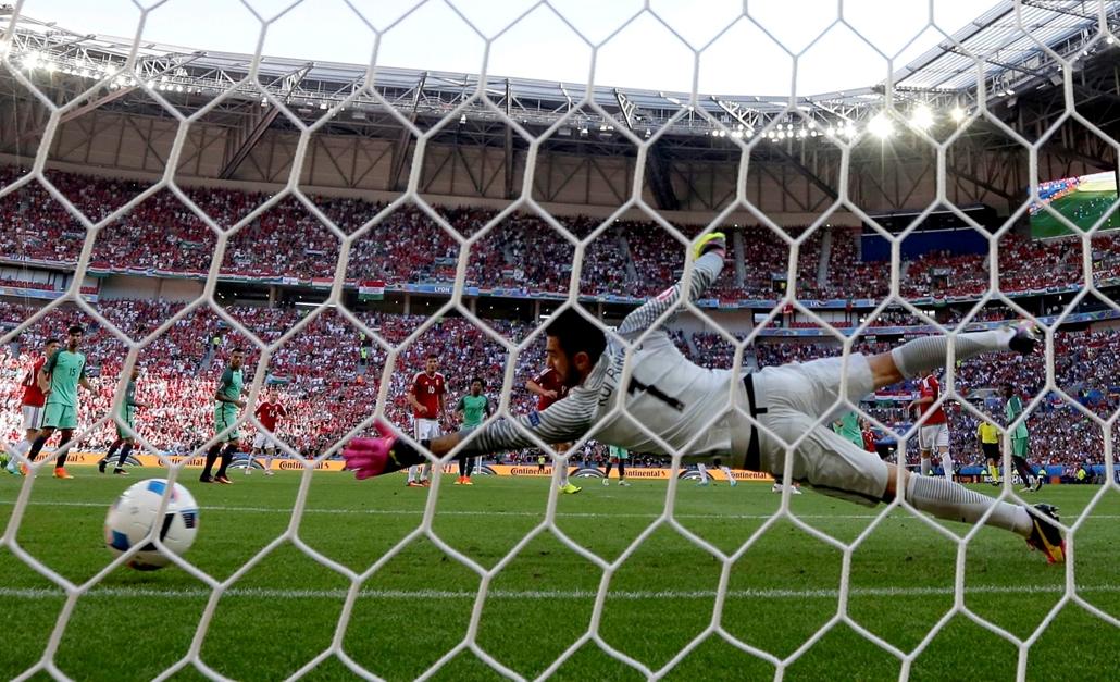 epa.16.06.22. - Lyon: Rui Patrício portugál kapus (k) nem tudja kivédeni Gera Zoltán gólját a franciaországi labdarúgó Európa-bajnokság F csoportja harmadik fordulójának Magyarország – Portugália mérkőzésén a lyoni stadionban 2016. június 22-én.  euro-201
