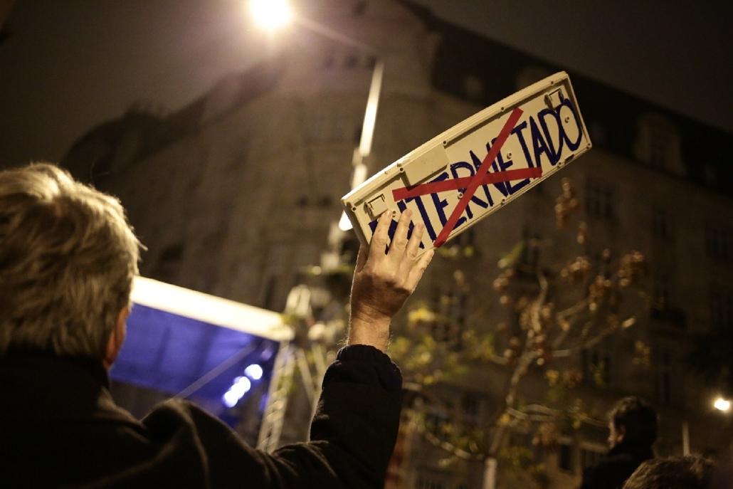 CÍMLAPRA_ PA.14.10.26. - Százezren az internetadó ellen - tüntetés az internetadó bevezetése ellen