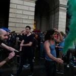 Ilyen közel álltak a tüntetők a rendőrökhöz - fotó