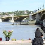 Dunai hajóbaleset: fekete-zászlók a Margit hídon, mécsesek a parton