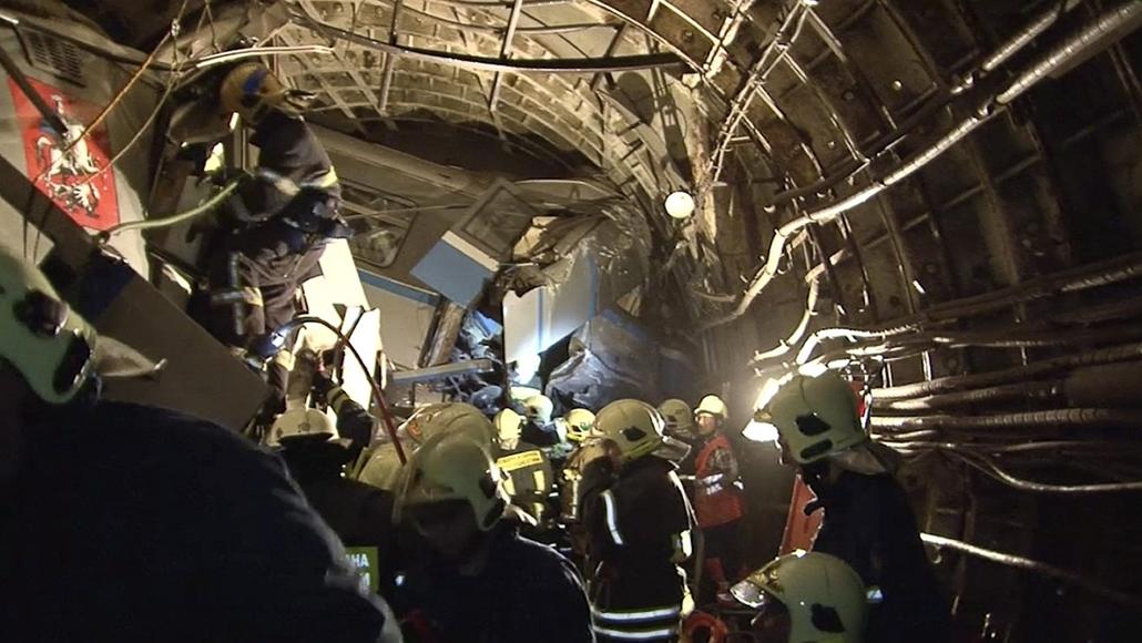 AP_! - júli.29-ig_! - 14.07.15. - Moszkva, Oroszország: kisiklott egy metró - metróbaleset - orosz metróbaleset