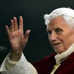 Benedek pápa lemondott