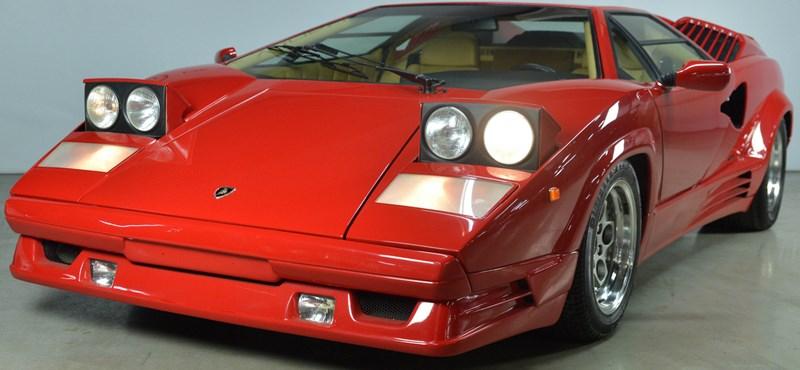 A ma esti tűzijáték árából pont kijön ez a vörös Lamborghini Countach