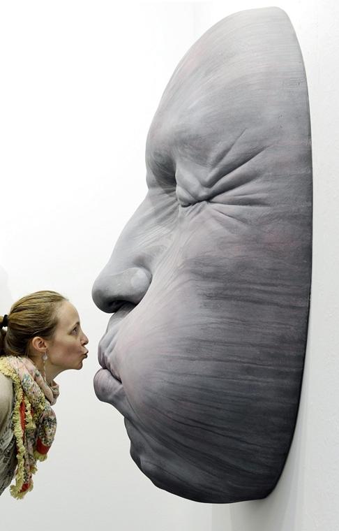 AP. Zürich, Svájc: a spanyol művész, Samuel Salcedo alkotása a Nemzetközi Kortárs Képzőművészeti Vásáron. A bemutatón nyolcvan galéria vesz részt november 8. és 11. között. - hét képei nagyítás