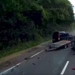 A semmiből jött a baleset: ezért nem mindegy, hol van a több súly egy utánfutón – videó