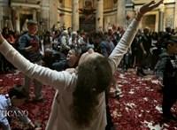 Nézze élőben, ahogy Rómában rózsaszirmok hullanak majd az égből