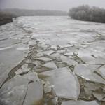 Embercsempészt mentettek ki a jeges Tiszából rendőrök
