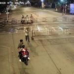 """Nem vette észre a motoros, hogy """"zárva a sorompó"""" – videó"""