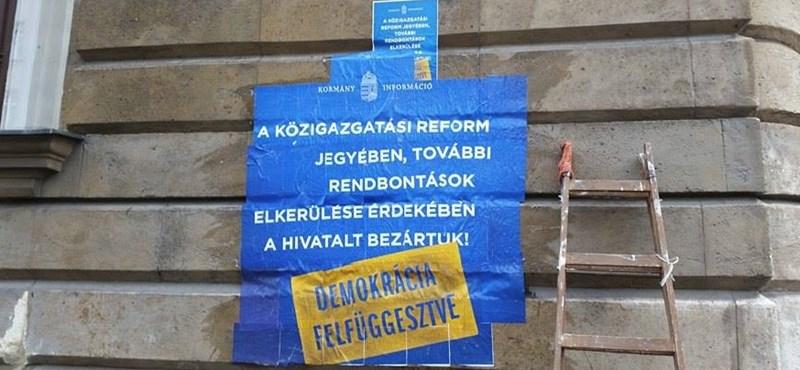 """""""A demokrácia szünetel"""" - aktivisták plakátolták tele a választási irodát"""