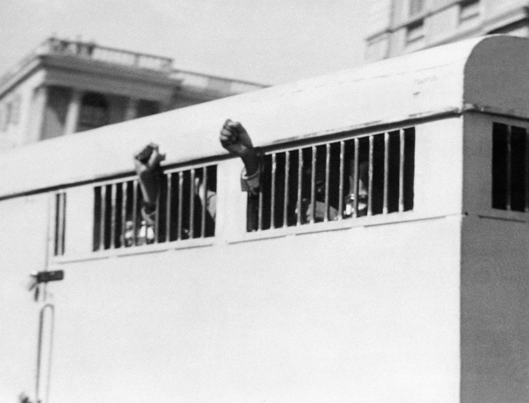 Nelson Mandela nagyítás - SOUTH AFRICA, Pretoria : Eight men, among them anti-apartheid leader and African National Congress (ANC) member Nelson Mandela, sentenced to life imprisonment in the Rivonia trial leave the Palace of Justice in Pretoria 16 June 1