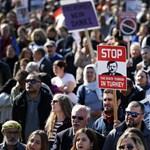 Hitler-bajszos képpel tüntettek Erdogan ellen, de a támogatói is felvonultak