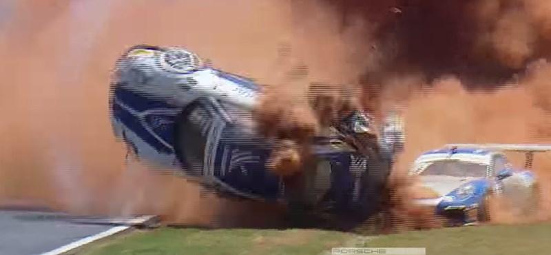 Még autóversenyeken is ritka ekkora bukást látni - videó