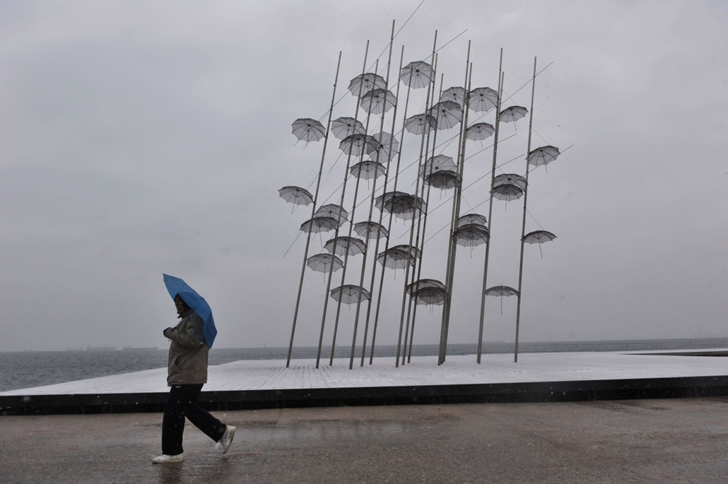 afp. nagyításhoz - esernyő - eső, időjárás, zivatar, vihar, Thesszaloniki, Görögország, 2014.01.26.