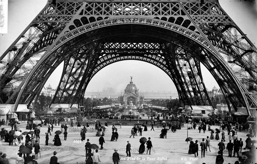 afp. Eiffel-torony 125 éves Nagyítás - 1900.01.01. Paris. Exposition universelle de 1889. Au pied de la tour Eiffel. ND-1061B