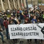 Több ezren tüntettek a Kossuth téren a felsőoktatásért és a CEU-ért