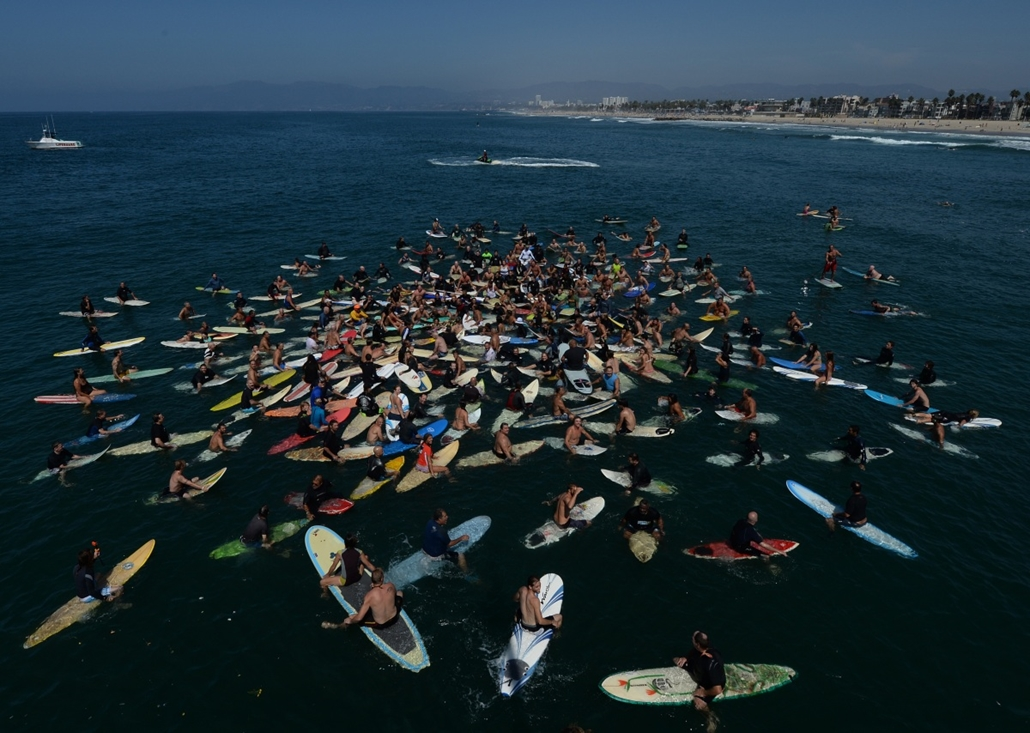 afp. hét képei - VENICE BEACH, Egyesült Államok, 2014.08.30. Surfers form a memorial ring during a paddle out as part of the funeral service for the pioneering and legendary skateboarder and surfer Jay Adams who died of a heart attack, at Venice Beach on