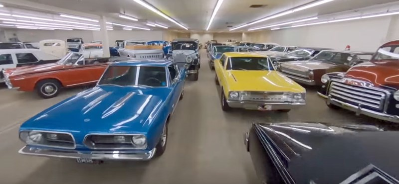 1400 klasszikus autót árulnak ebben az oldtimerplázában