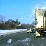Ilyen egyszerű lenne a kamionokról a veszélyes havat letakarítani?