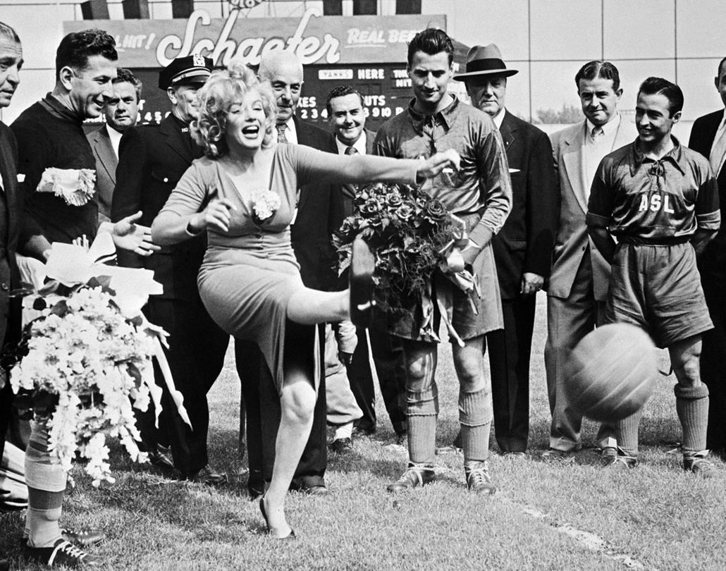 afp.1957.05.26. - Brooklyn, New York, USA: Marilyn Monroe az amerikai - izraeli válogatott mérkőzése előtt az Ebbets Fied stadionban 1957. május 26-án. - nagyítás