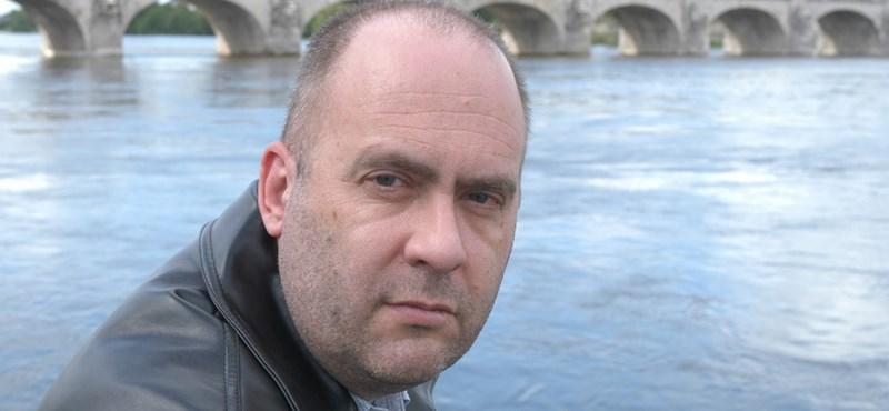 Ki ez a magyar nevű angol író, aki mindig bevédi Orbánékat?