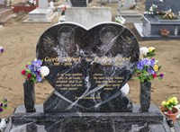 Koszorúzott az Emmi a tatárszentgyörgyi áldozatok sírjánál