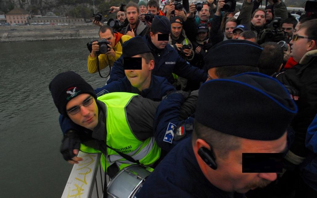 faz.07.10.26. - a Jobbik mozgalom korábbi szóvivője, Novák Előd az Erzsébet híd közepén nyakában egy dobbal jelt ad a demonstrációra