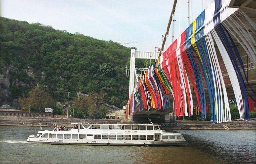 ba.05.05.01. - május elsejére a tervezett EU-zászló színeibe öltöztették az Erzsébet hidat. - Erzsébet híd, nagyítás