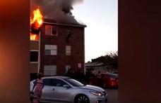 Kigyulladt a házuk, az ablakon kellett kiugrálniuk a lakóknak - videó