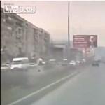 Erre azért mégse számíthat: az óriásplakát vágja kupán az autót – videó