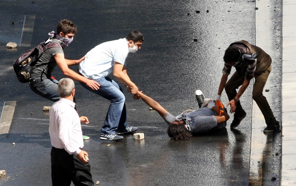 Törökországi tüntetések, 2013, június - An injured demonstrator is helped during clashes between riot police and demonstrators in Ankara  on June 1, 2013.On Saturday, police in Ankara blocked a group of demonstrators from marching on parliament and the pr