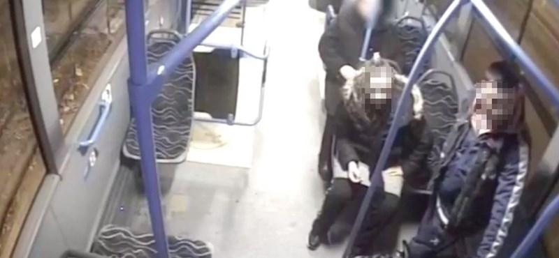 Megpofoztak egy nőt a 9-es buszon, ezt a két támadót keresik
