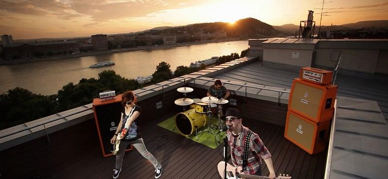 Felmászott egy pesti irodaház tetejére a magyar punk zenekar