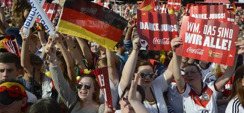 Videó: Tényleg őrület van Berlinben, Podolski nem tér magához