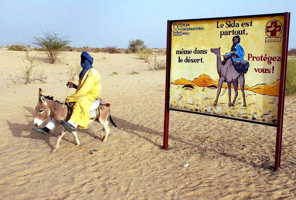 afp.02.04.09. - Timbuktu, Mali: AIDS-ellene plakát Timbuktu határában. - aids