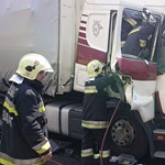 Teherautók csattantak a határ úti felüljárónál, dugó jöhet – fotó