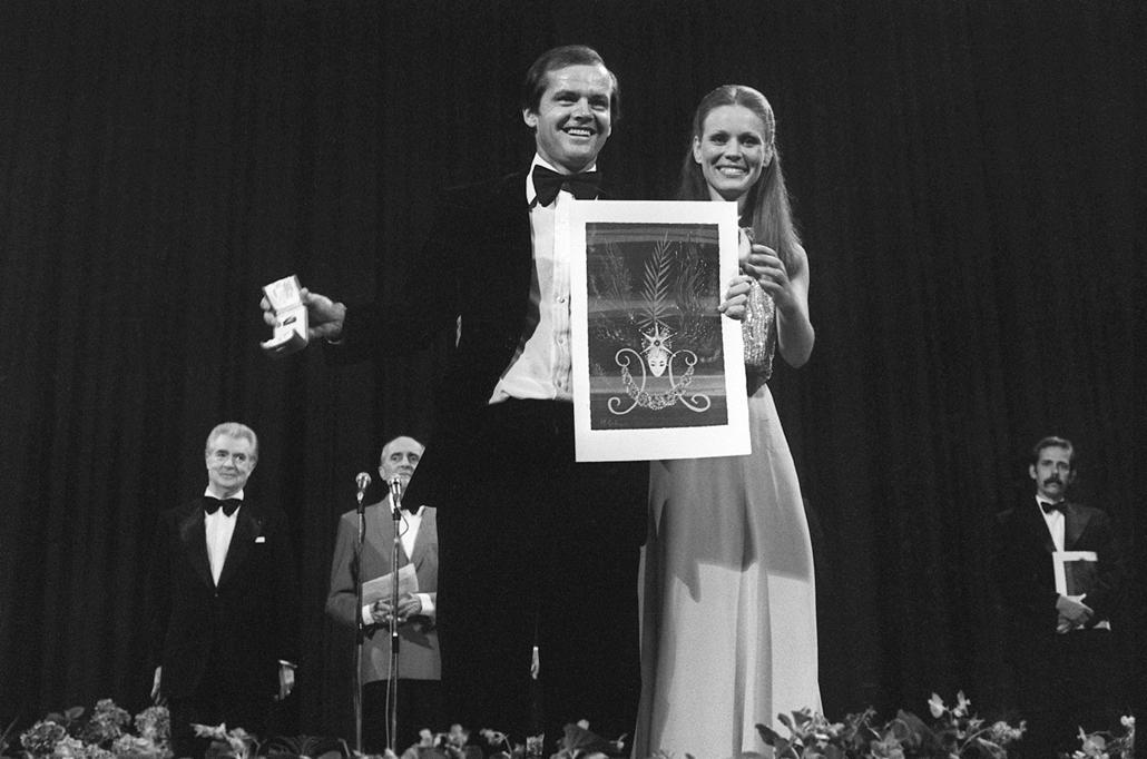 afp.1972.05.24. - Cannes, Franciaország: Jack Nicholson a legjobb színésznek járó díjat Marthe Keller színésznőtől vette át a Cannesi Filmfesztiválon 1972. május 24-én.