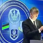 Mikrofonnak nézett a miniszter egy lámpát és belebeszélt – videó