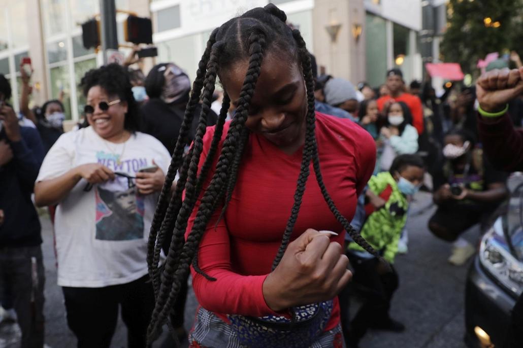 !AP! Nagyítás - !AP! 20.07.01ig! mti.20.06.01. A George Floyd fekete bőrű férfi halála miatt tiltakozó tüntetők a georgiai Atlantában 2020. május 31-én