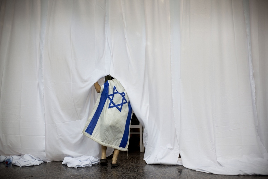 Újabb bevándorló érkezik Amerikából a Ben Gurion reptérre Tel Avivban. Benjamin Netanjahu miniszterelnök összesen háromszázötven bevándorló érkezését üdvözölte, s várhatóan további százan csatlakoznak még az Izraeli Védelmi Erőkhöz. - a hét képei