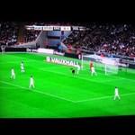 Videó: nézni is rossz a fejeléstől fűbe harapó Huntelaart