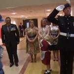 Videó: Pofon csapta a kislányt a II. Erzsébetnek tisztelgő katona