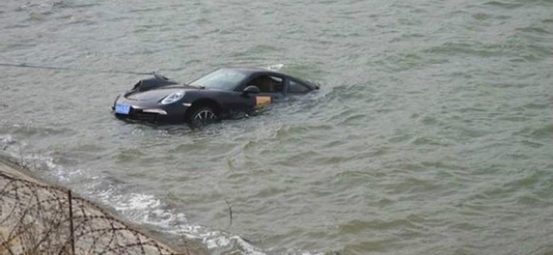 Tóban landolt Porsche 911-esével egy gyorshajtó kínai – fotók