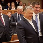 A fideszes többség egyhavi fizetést vont meg a tüntető ellenzékiektől