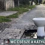 WC csészét rakott valaki egy méretes győri kátyúba