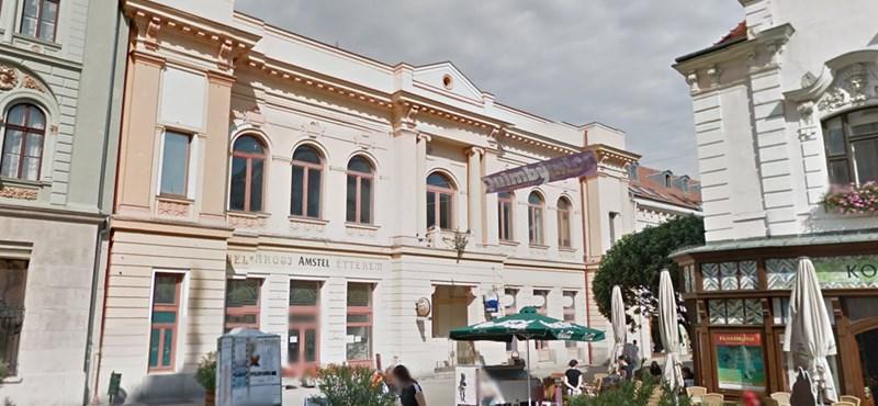 Patinás épületet ad el az állam a csőd szélén álló városban