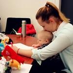 Hét hónapos kisfiával vizsgázott egy anyuka az ELTE-n