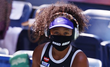 Kik ezek a nevek Oszaka Naomi fekete maszkjain?
