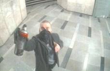Telibe kapta a biztonsági kamera a Blaha Lujza téri firkálót