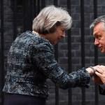 Theresa May hivatala arra kéri politikusait, határolódjanak el Orbántól